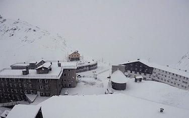 maltempo-passo-stelvio-neve-ansa