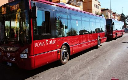 Principio d'incendio dai freni di un bus a Roma: autista intossicato