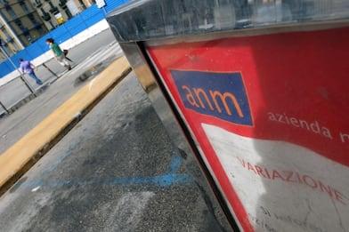 Napoli, autobus dell'Anm preso a sassate a Scampia: rotto un vetro