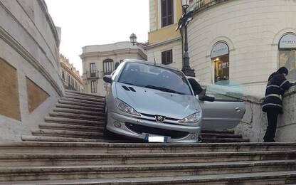 Roma, ubriaco finisce con l'auto sulla scalinata in Piazza di Spagna