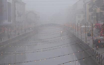 Milano, la nebbia avvolge i navigli. Foto