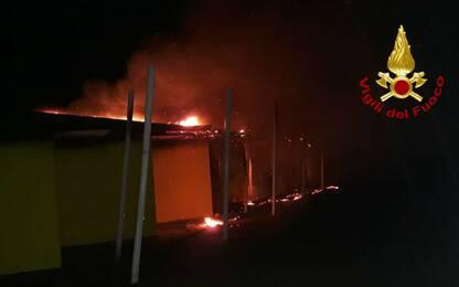 Venezia, incendio in spiaggia distrugge 15 cabine