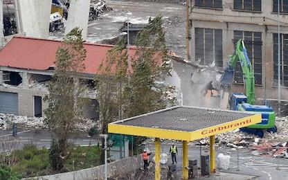 Ponte Morandi, al via demolizioni: ruspe in azione. FOTO