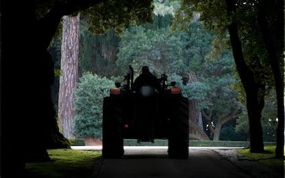 Incidente sul lavoro nel Pavese, si ribalta col trattore: grave 54enne
