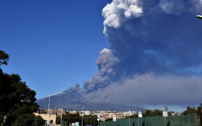L'Etna erutta cenere: riaperto settore spazio aereo di Catania