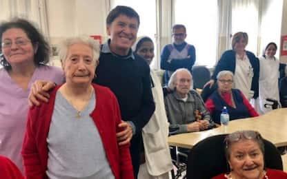 Gianni Morandi, concerto a sorpresa in casa di riposo nel Bolognese