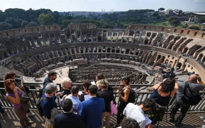 Roma, fa volare drone sul Colosseo: turista denunciato