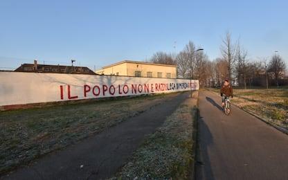 Lega, scritte con insulti sui muri di via Bellerio a Milano