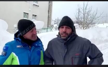 Checco Zalone scherza con il sindaco di Roccaraso: il video