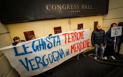 Napoli, attivisti irrompono durante la Scuola di formazione della Lega