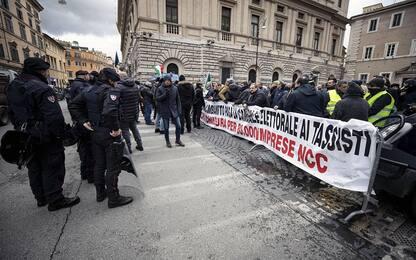 Roma, protesta Ncc davanti al Senato: i conducenti accusano il governo