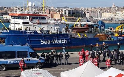 Sea Watch, lo sbarco dei 47 migranti a Catania. FOTO
