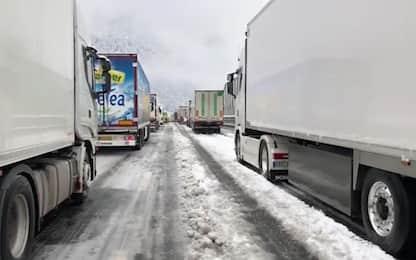 Caos neve in Alto Adige, i tir bloccati sull'Autobrennero