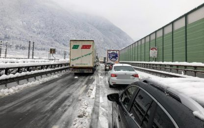 """Caos neve: """"Mia moglie e i miei figli fermi in A22 per oltre 12 ore"""""""