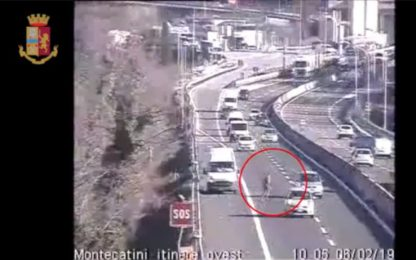 In retromarcia sull'A11 per recuperare merce caduta dal furgone. VIDEO