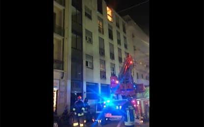 Milano, incendio in via Volta: in fiamme appartamento all'ultimo piano
