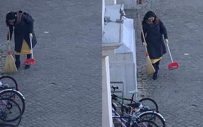 """Pesaro, la """"spazzina volontaria"""" cercata dal sindaco è giapponese"""