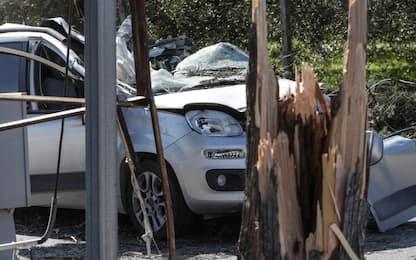 Vento forte a Guidonia, albero crolla su auto: muore 45enne