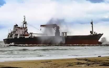 Bari, disincagliato il mercantile turco arenato a causa del maltempo