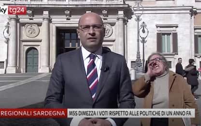 """Donna interrompe diretta Sky Tg24 a Montecitorio: """"Maledetti"""". VIDEO"""