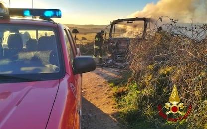 Latte, protesta pastori sardi: autocisterna data alle fiamme