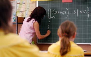 insegnante-lavagna-scuola-fotogramma
