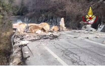 Frana nel Bergamasco, travolta auto in sosta. Chiusa la Provinciale