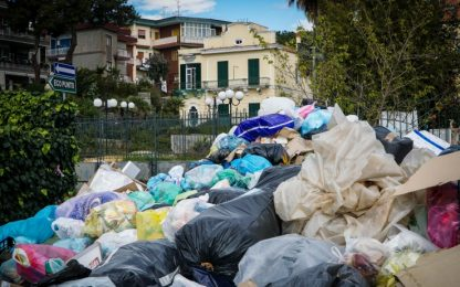 Emergenza rifiuti a Torre del Greco, incendiati cumuli non raccolti