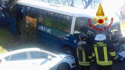 Roma, autobus fuori strada a Grottaferrata: feriti sette passeggeri