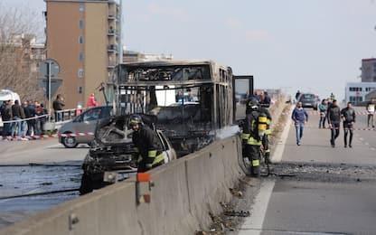 """Bus incendiato a Milano, madre alunna: """"Mia figlia agitata e ansiosa"""""""