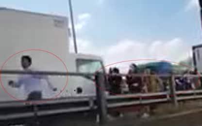 Autobus incendiato a Milano dall'autista: fuga degli studenti. VIDEO