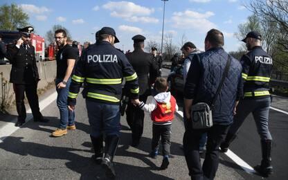 Autobus in fiamme a Milano, ragazzo con una telefonata dà l'allarme