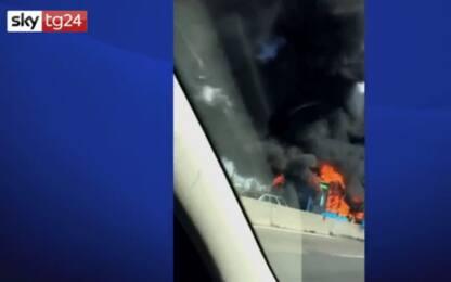 Milano, autista incendia autobus sulla Paullese. Il video