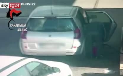 Incendio autobus a Milano, l'autista prepara taniche di benzina. VIDEO