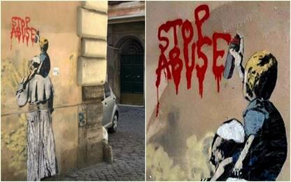"""Nuovo murale di Tvboy, un bimbo sulle spalle del Papa: """"Stop abuse"""""""