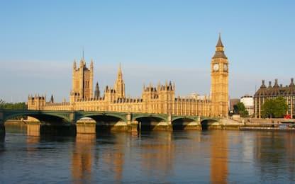 Coronavirus, torna in bici da Londra per il padre morto