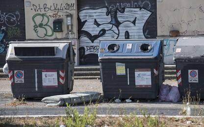 Ostia, due cassonetti dei rifiuti a fuoco nella notte