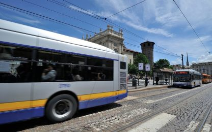 Spintona il controllore su un autobus: denunciato 29enne nel Torinese