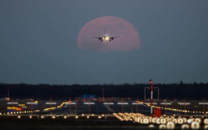 Uomo tenta di aprire portellone aereo Londra-Pisa in volo