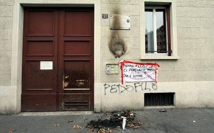 Milano, incendiata corona posta sulla lapide del partigiano Ciocca