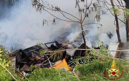 Roma, a fuoco discarica abusiva nella zona est. VIDEO