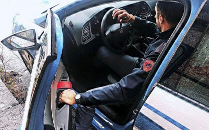 Vercelli, picchiano e narcotizzano invalido per ricattarlo: arrestati