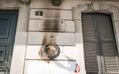 Milano, bruciata la corona posta sulla lapide del partigiano Peluzzi
