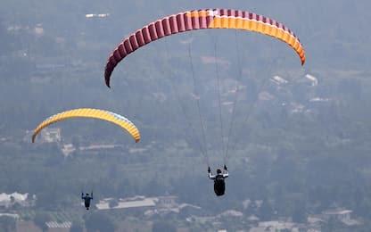 Cuneo, resta impigliato a 5 metri di altezza con il paracadute: salvo
