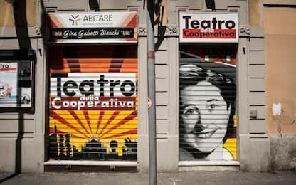 Milano, adesivi fascisti su saracinesca teatro e su sede dell'Anpi