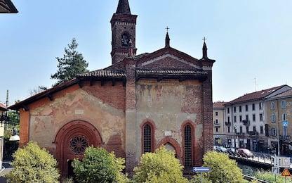 Milano, strangolato da imbragatura per pulire grondaia: muore parroco