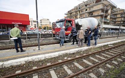 Roma, betoniera travolge auto e pedoni: nove feriti. FOTO