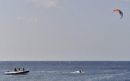 Fregene, 57enne finisce con il kitesurf contro una recinzione: è grave