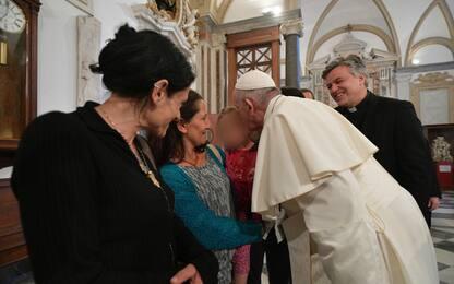 Il Papa incontra la famiglia rom di Casal Bruciato. FOTO