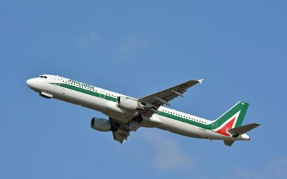 Volo Alitalia per New York atterra a Londra, arrestato un passeggero